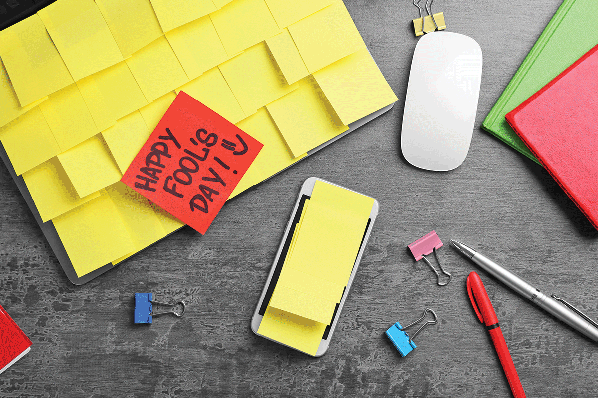Smartphone and laptop covered in sticky notes with mouse | Photo: Adobe Stock