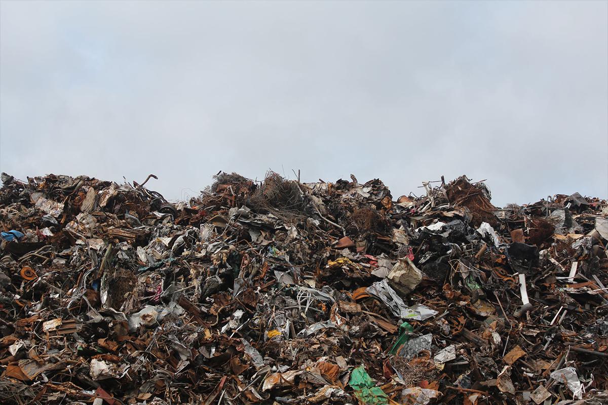 Metal trash and litter in landfill | Photo: Emmet via Pexels