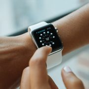 Person wearing silver aluminium case Apple Watch with white Sports Band | Photo: Luke Chesser via Unsplash