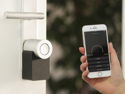 Smart lock next to smartphone | Photo: Sebastian Scholz via Unsplash