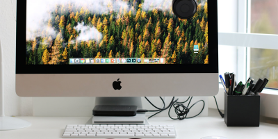 Turned on silver iMac with mouse and keyboard | Photo: Dzenina Lukac via Pexels