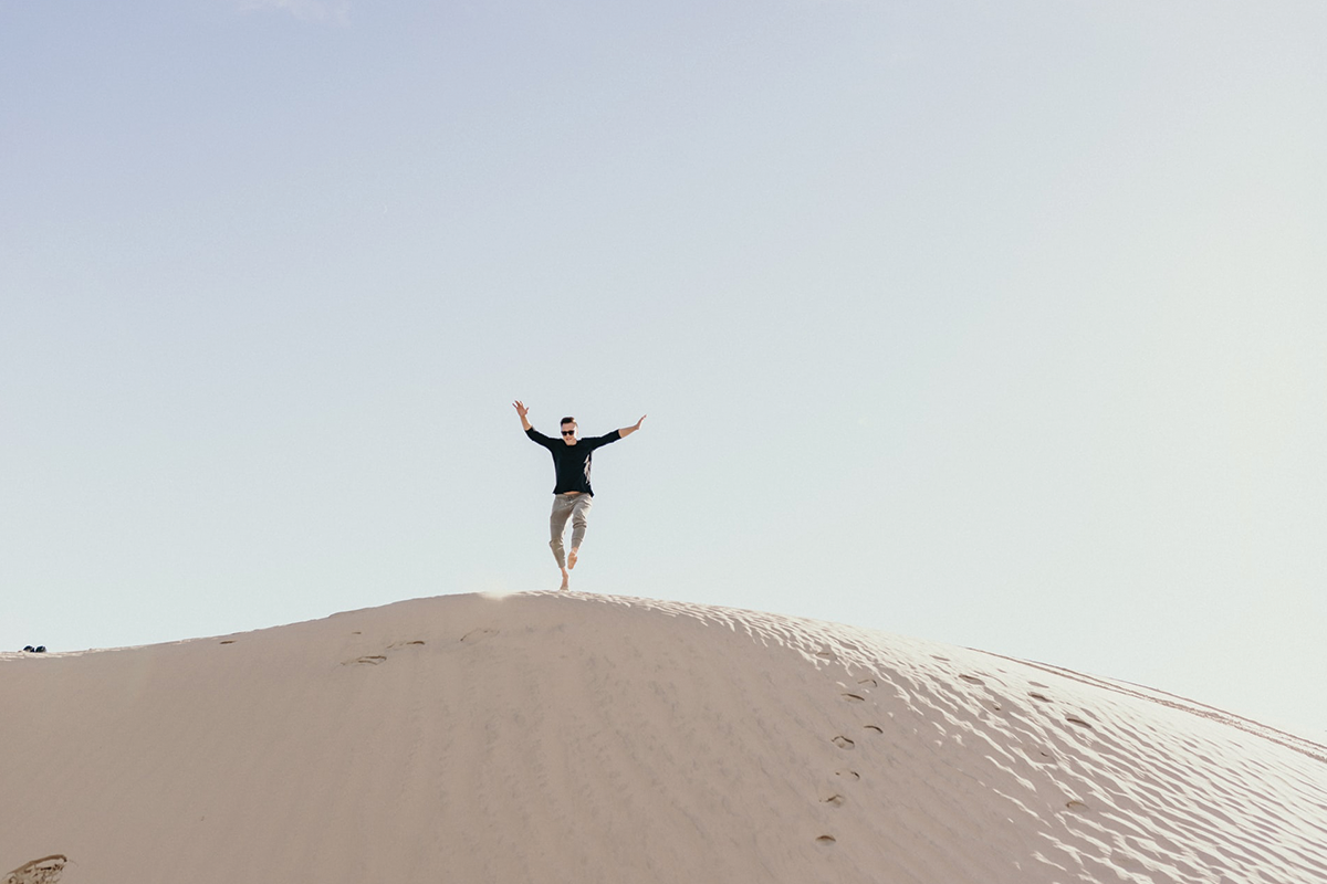 Man jumping on brown sand during daytime | Photo: Persnickety Prints vis Unsplash